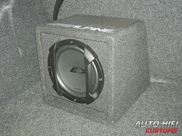Установка сабвуфера Alpine SWE-815 в Mazda 3.