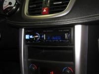 Фотография установки магнитолы Alpine UTE-92BT в Peugeot 207