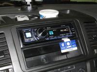 Фотография установки магнитолы Alpine CDA-137BTi в Volkswagen Transporter T5