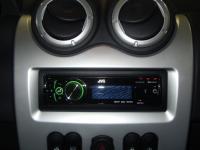 Фотография установки магнитолы JVC KD-R921BT в Renault Logan