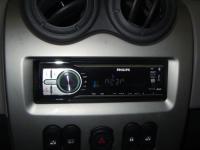 Фотография установки магнитолы Philips CEM250 в Renault Sandero