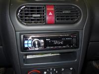 Фотография установки магнитолы Alpine CDE-113BT в Opel Corsa