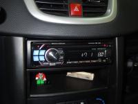 Фотография установки магнитолы Alpine CDE-112Ri в Peugeot 207