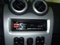 Фотография установки магнитолы Alpine CDE-111RM в Renault Sandero