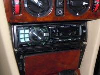 Фотография установки магнитолы Alpine CDE-9880R в Mercedes E class