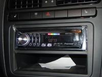 Фотография установки магнитолы Pioneer DEH-6310SD в Volvo V40