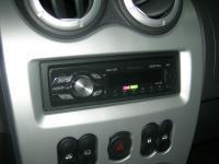 Фотография установки магнитолы Pioneer MVH-1400UB в Renault Sandero
