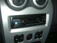 Фотография установки магнитолы Alpine CDE-131R в Renault Logan