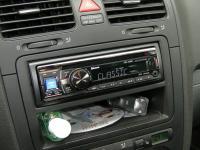 Фотография установки магнитолы Alpine CDE-133BT в Volkswagen Golf