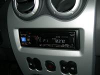 Фотография установки магнитолы Alpine CDE-131R в Renault Sandero