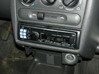 Фотография установки магнитолы Alpine CDE-123R в Opel Corsa
