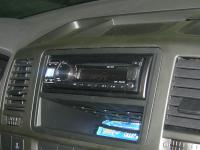 Фотография установки магнитолы Alpine CDE-131R в Volkswagen Transporter T5