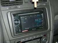 Фотография установки магнитолы Pioneer AVH-1400DVD в Volkswagen Golf