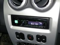 Фотография установки магнитолы Alpine CDE-170R в Renault Sandero