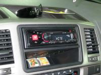 Фотография установки магнитолы Alpine CDE-170RR в Volkswagen Caravelle