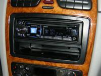 Фотография установки магнитолы Alpine CDE-177BT в Mercedes CLK (W209)