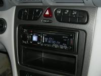 Фотография установки магнитолы Alpine CDE-177BT в Mercedes C class
