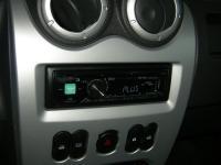 Фотография установки магнитолы Alpine CDE-170R в Renault Logan