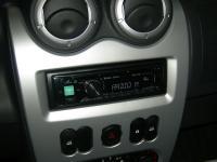 Фотография установки магнитолы Alpine CDE-173BT в Renault Sandero