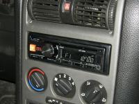 Фотография установки магнитолы Alpine CDE-180RM в Opel Astra