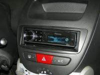 Фотография установки магнитолы Pioneer DEH-80PRS в Peugeot 107