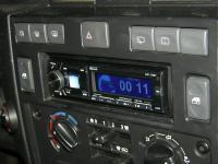 Фотография установки магнитолы Alpine CDE-178BT в Land Rover Defender