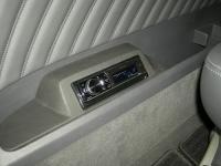 Фотография установки магнитолы Pioneer DEH-80PRS в Mercedes Viano
