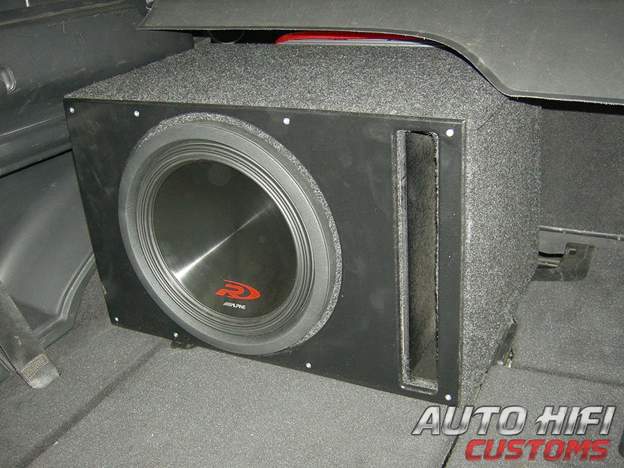 Установка сабвуфера Alpine SWR-12D4 vented box в Land Rover Freelander